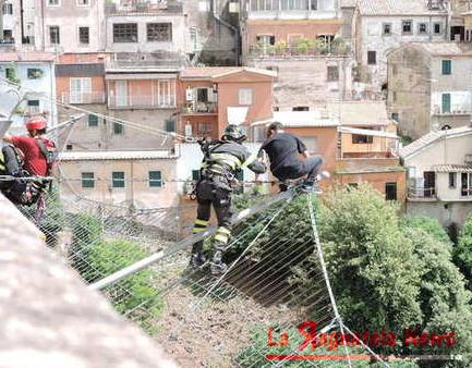 Roma, minaccia di lanciarsi da ponte Ariccia: salvata da vigili del fuoco