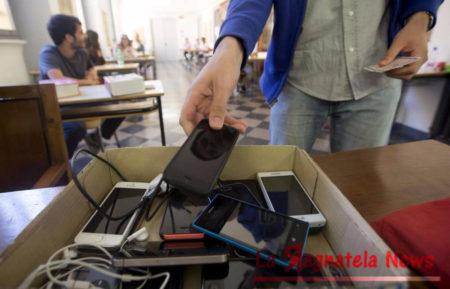 Scuola, telefonini in classe: interviene il Governo