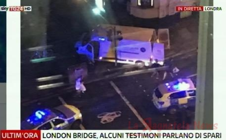 Londra, pulmino sui pedoni a London Bridge