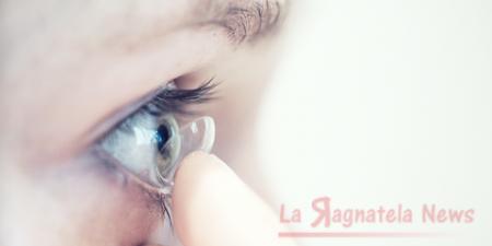 La donna con 27 lenti a contatto negli occhi